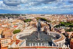 Na náměstí sv. Petra potkáme snad všechny národy světa