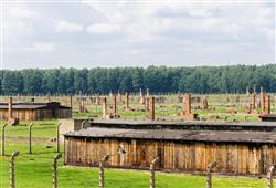 V bažinaté oblasti byly postaveny dřevěné baráky s kapacitou 90 000 osob. V zadní části areálu stály čtyři plynové komory
