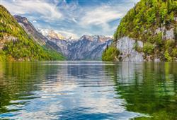 Skalní stěny se zvedají přímo z jezera. Na západě leží masív Watzmannu, třetí nejvyšší hory Německa
