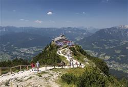Nad terasu stoupá stezka k několika plošinám s výhlídkou a do kouzelného skalního města