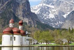 Každoročně v srpnu se ke kostelu vydávají poutníci na jednu z nejstarších horských poutí v Evropě, Almer Wallfahrt