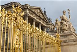 Na zámku žije celý francouzský dvůr, tj. asi 20 000 osob, z toho 5 000 sloužících a 1 000 vojáků