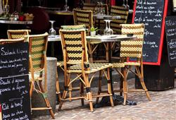 V Paříži se sedí v zahrádkách na ulici i uprostřed zimy. Pozor! Ceny na baru, v lokále a na zahrádce se i v rámci jednoho podniku liší