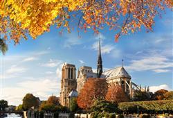 Katedrála Notre Dame je nejnavštěvovanější památkou v Paříži. V létě se na vstup stojí dlouhé fronty