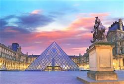 Skleněné pyramidy v Louvru byly velmi diskutovaným projektem prezidenta Franҫois Mitterranda