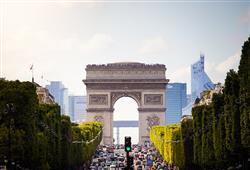 Na vrcholku věhlasné Champs Elysées se tyčí Vítězný oblouk. Prošel pod ním Napoleonův pohřební průvod i Němci při obsazování města