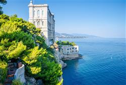 Budova Oceánografického muzea roste přímo z moře. Muzeum založil kníže Albert I., sám nadšený oceánograf