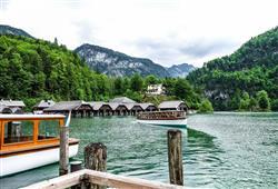 Během turistické plavby se dozvíte spoustu zajímavostí o jezeře i horách v jeho okolí