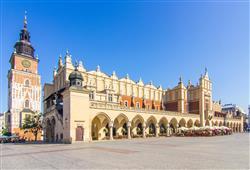 Uprostřed Rynku se nachází renesanční Sukenica, dříve trh s látkami a suknem. Dnes plná stánků se suvenýry