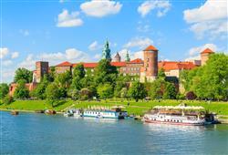 Královský hrad Wawel leží na skalním ostrohu nad řekou Visla