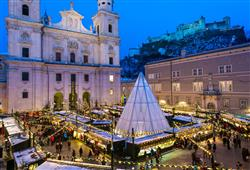 Vánoční trhy se odehrávají před katedrálou sv. Ruperta a Virgila