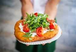 Další místní specialitou jsou langoše, jako jedno z mála jídel zde lze najít i vegetariánskou variantu. Maďaři jí totiž standardně maso s masem