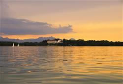 Tento zámek leží na ostrově uprostřed jezera. K zámku se svezeme lodí