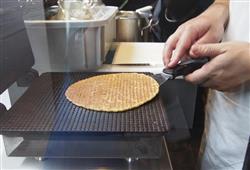 Karamelové vafle můžete ochutnat čerstvě pečenoé a horké ze stánků v ulici a přivézt je i jako suvenýr