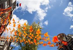V dubnu se každoročně celý Amsterdam převléká do oranžové barvy a bujaře oslavuje