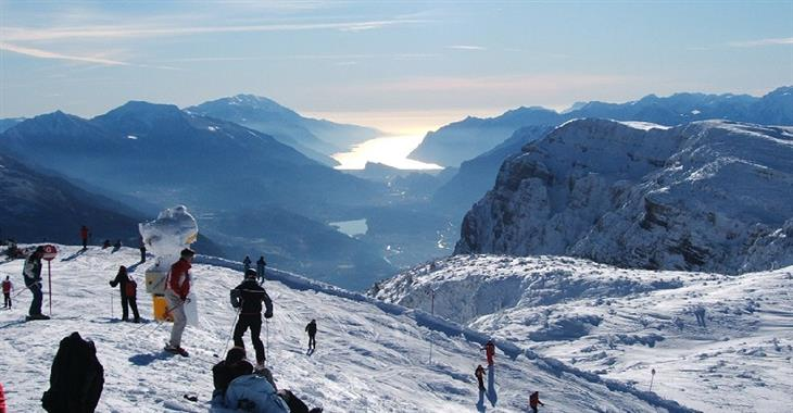 Z vrcholu hory Paganella ve výšce 2 125 m n. m. vede hned několik pěkných červených tratí