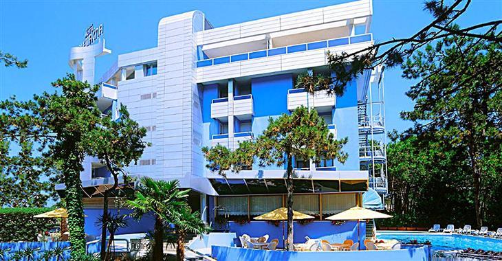 Hotel nabízí klientům výtah a wifi ve společenských prostorech.