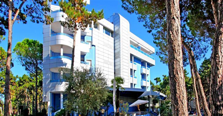 4* hotel obklopený píniemi, je vzdálen pouhých 350 m od pláže.