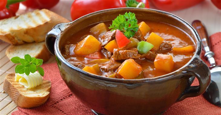 Maďarský guláš se tradičně připravuje v kotlíku, což odkazuje na kočovnou minulost místních obyvatel