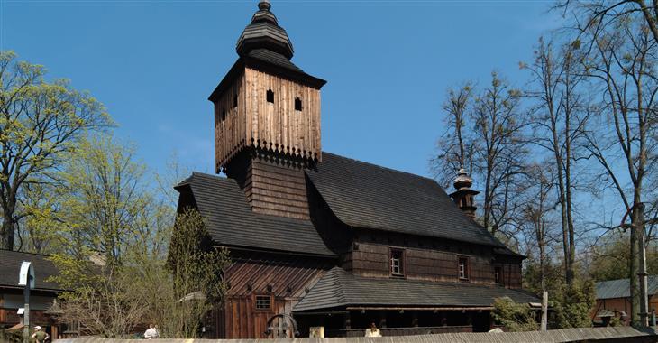 Najdete zde tradiční dřevěné roubenky, hospodářské usedlosti a salaše