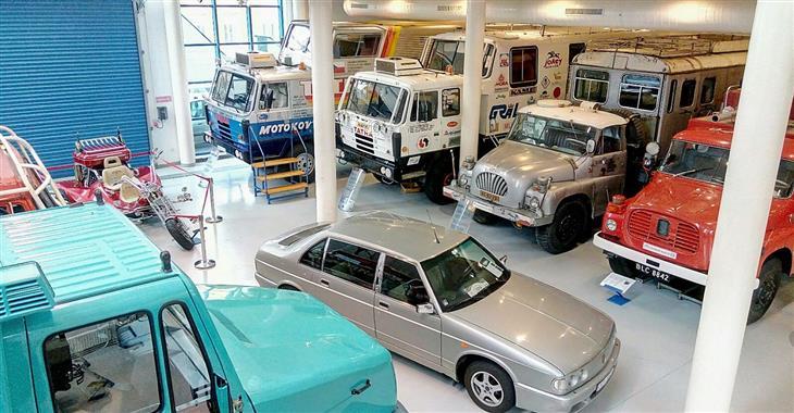 Najdeme tu na šedesát osobních a nákladních automobilů ze všech etap výroby