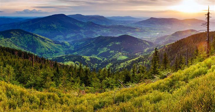 Hory a lesy, krásná příroda i originální architektura, svébytná vydatná kuchyně...