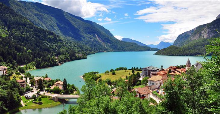 """Ráno dorazíme k Lagu di Molveno, """"nejkrásnějšímu jezeru v Dolomitech"""""""