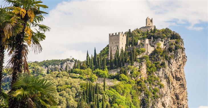 Z hradu v městečku Arco uvidíme severní část jezera, údolí řeky Sarka i hory v okolí