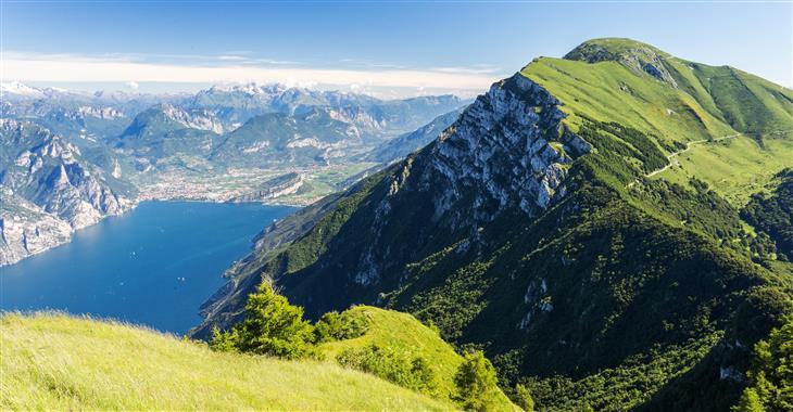 Z Monte Balda uvidíte jezero Lago di Garda, zelené pastviny i nekonečné horské hřebeny