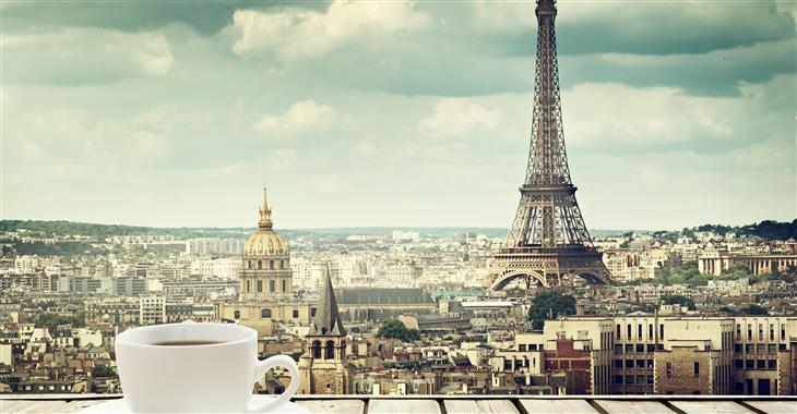 Eiffelova věž je viditelná z různých míst ve městě. Když ji stavěli, Francouzi ji nenáviděli a bojovali za její odstranění