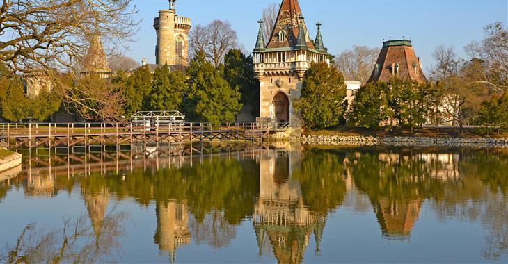 Do hradu Franzensburg, který leží na jezeře, se dostanete pěšky procházkou kolem jezera, nebo lodním přívozem