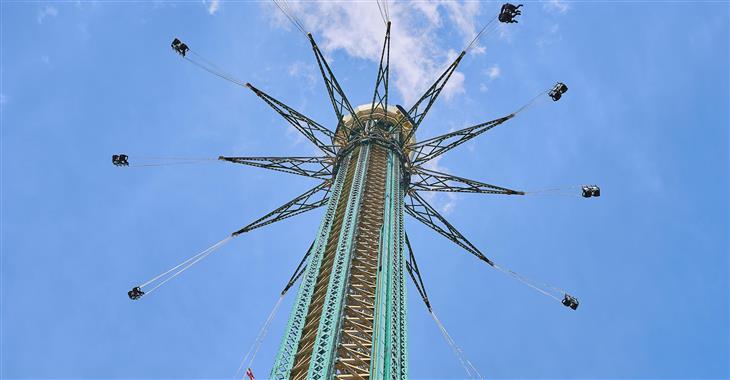 Nejvyšší atrakcí je v tuto chvíli 117 m vysoký řetízkový kolotoč, který vás točí ve vzduchu rychlostí 60 km/h a otevře vám výhled na celé město i Dunaj