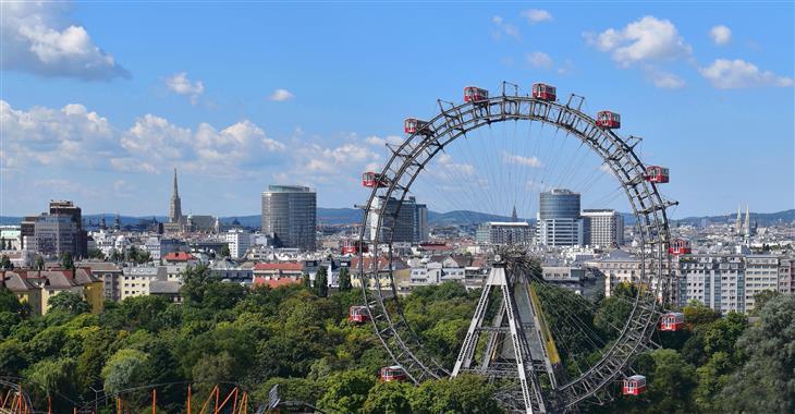 Obří vídeňské kolo pochází z roku 1897 a nabízí nádhernou vyhlídku na město a celý Prátr