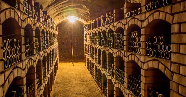 Pod zemí se nachází čtyři patra hluboký a 20 km dlouhý podzemní spletitý labyrint vinných sklípků
