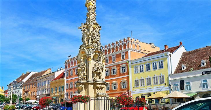 Centrem všeho dění je hlavní náměstí, na kterém se tyčí několik kašen i morový sloup