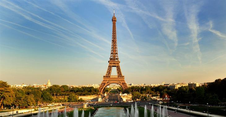 Eiffelova věž, která v Paříži stojí od roku 1930