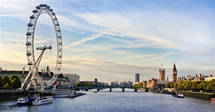 London Eye vyrostlo k oslavám příchodu nového milénia. Za krásného počasí můžete vidět i vzdálený Windsor