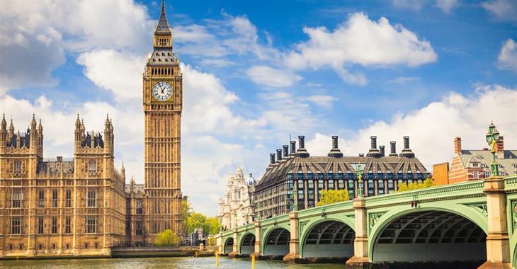 """Neogotická budova parlamentu s věží přezdívanou """"Big Ben"""" vás jistě uchvátí. K parlamentu patří i moderní budova s komíny ležící přes silnici"""