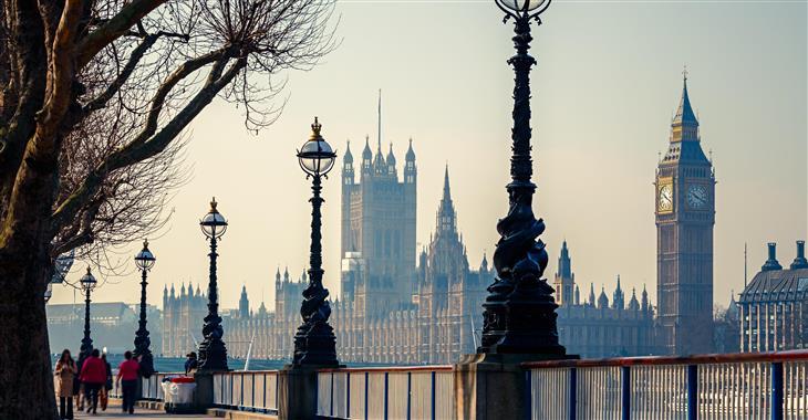 Budova parlamentu byla původně stavěna jako královský palác. Dnes tam najdete Horní i Dolní sněmovnu