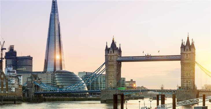 """Typicky se v Londýně střídá současnost a minulost. Nejvyšší londýnská budova """"Střep"""", ekologická a transparentní budova radnice a Tower Bridge"""