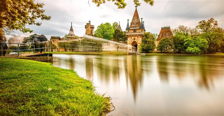 Do hradu Franzenburg, který leží na jezeře, se dostanete pěšky procházkou kolem jezera, nebo lodním přívozem