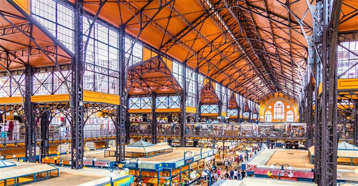 Veľká tržnica v Budapešti s množstvím zboží