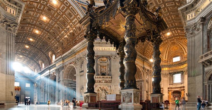 Chrám sv. Petra je posvátným místem, tomu musí odpovídat i oblečení turistů. Dovnitř se nedostane nikdo s odhalenými rameny či koleny