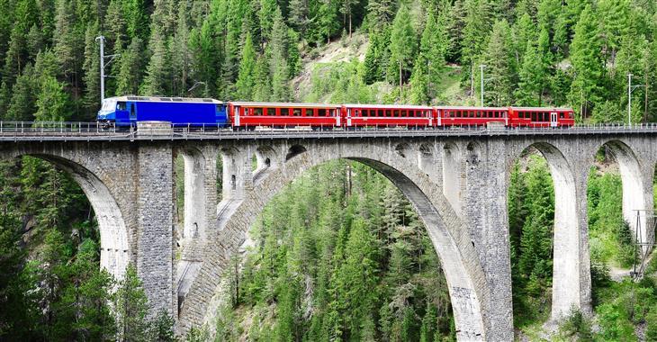 136 metrů dlouhý viadukt Landwasser je symbolem Rhétské dráhy, největšího soukromého provozovatele železniční dopravy ve Švýcarsku