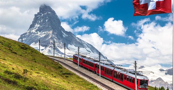 Bernina Express nabízí jeden z nejkrásnějších přejezdů Alp. Trať vede z města Chur až do italského Tirana