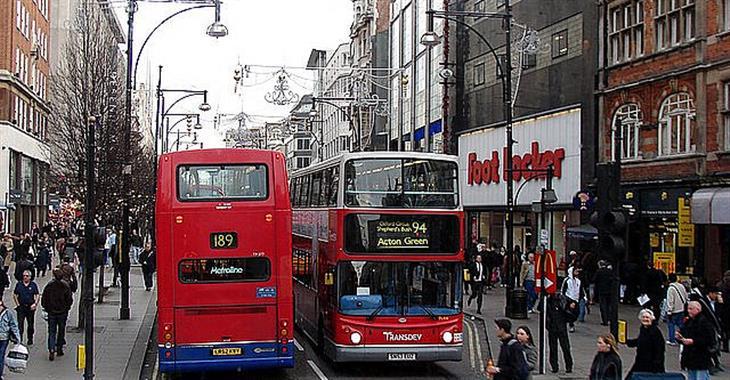 Dalším symbolem města jsou červené doubledeckery. Klasické Routemastery ale najdete už jen na dvou turistických trasách
