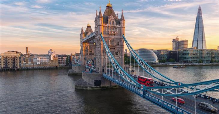 Ač se to nezdá, jedním z nejmladších mostů v Londýně je Tower Bridge. Jeho střed je zvedací, dodnes pod ním proplouvají velké lodě