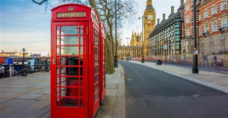 Červené telefonní budky jsou už dnes spíše symbolem města, většina z nich už není funkčních. Nejčastěji se u nich turisté fotí