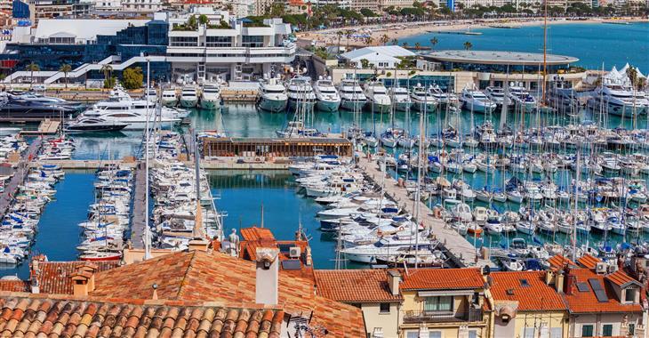 Kolem pobřeží se táhne bulvár La Croisette, která je lemována palmami a luxusními hotely