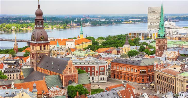 Staré město v Rize se nachází na východním břehu řeky Daugavy. Místnímu panoramatu dominuje největší katedrála Pobaltí